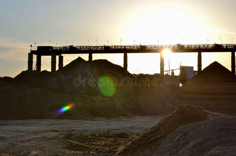 Groep de graafwerktuigen in een steengroeve voor de extractie van zand, grint, puin, kwarts stock afbeelding