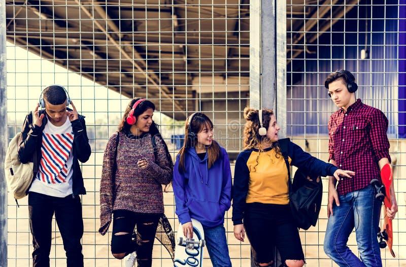 Groep de levensstijl van schoolvrienden in openlucht en het concept van de vrije tijdsmuziek royalty-vrije stock afbeeldingen