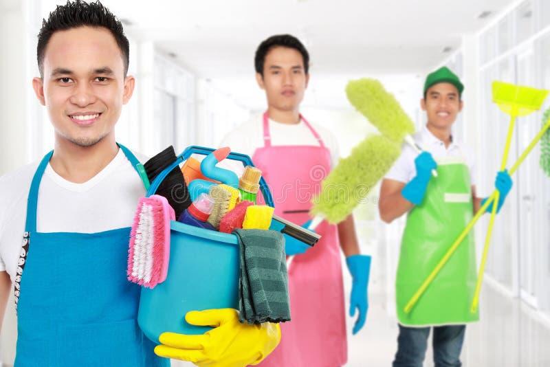 Groep de schoonmakende diensten klaar om de karweien te doen stock fotografie