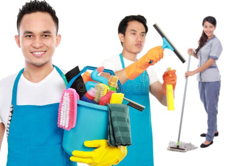 Groep de schoonmakende diensten klaar om de karweien te doen royalty-vrije stock afbeeldingen