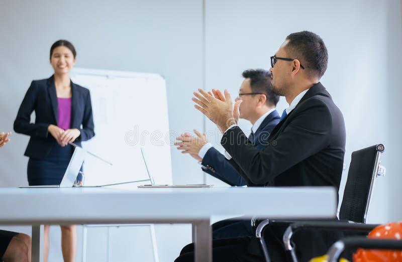 Groep die bedrijfsmensenhanden na vergadering, Succespresentatie en het trainen seminarie in ruimte slaan stock afbeelding
