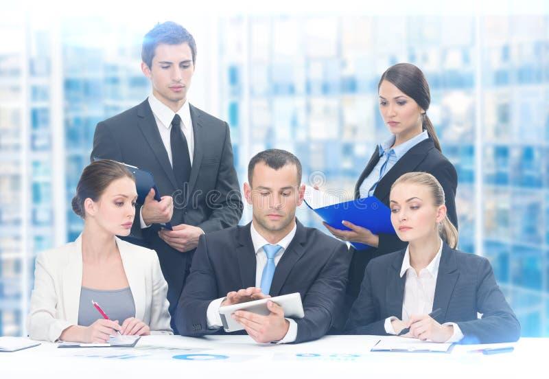 Groep die commercieel team aan project werken stock afbeelding
