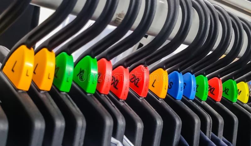 Groep die doekhanger met diverse kleur etiket rangschikken royalty-vrije stock afbeelding