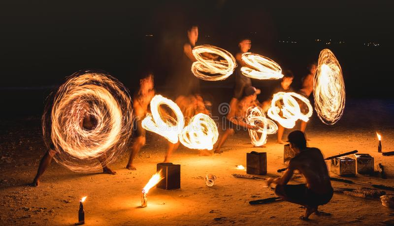 Groep die firestarter verbazende brand de uitvoeren toont met fonkelingen bij nacht - de gebeurtenisfestival van de Volle maanpar royalty-vrije stock foto