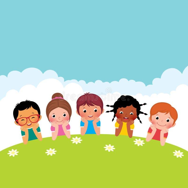 Groep die gelukkige kinderenjongens en meisjes op het gras liggen vector illustratie