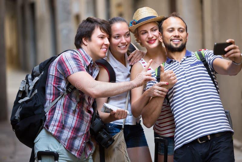 Groep die gelukkige toerist selfie doen stock fotografie
