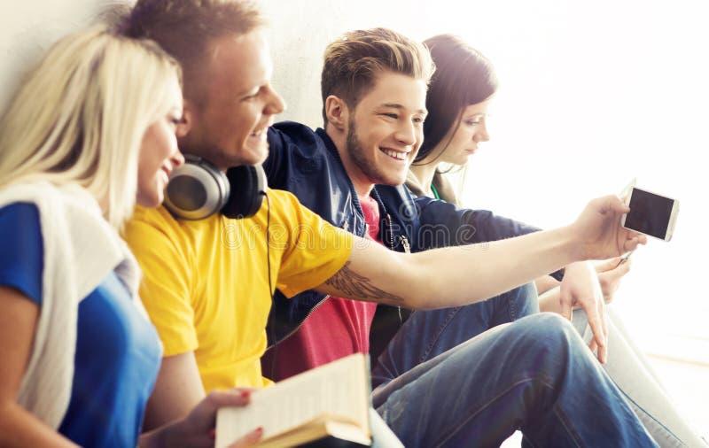 Groep die hipsters een selfie in de school nemen royalty-vrije stock foto's