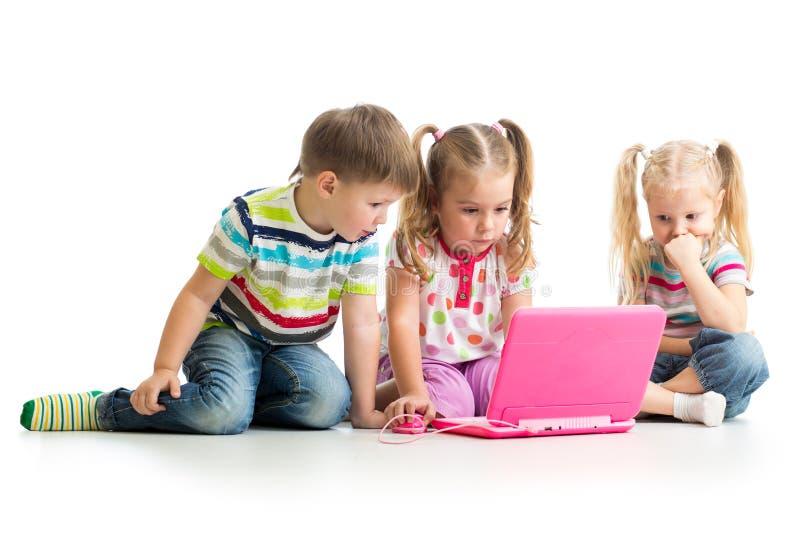 Groep die jonge geitjes bij laptop werken stock foto's