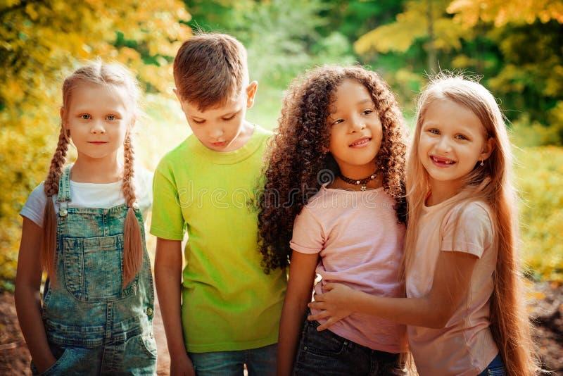 Groep die Jonge geitjes Vrolijk Park in openlucht spelen Het concept van de kinderenvriendschap royalty-vrije stock foto