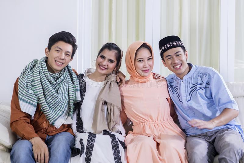 Groep die jonge Moslim bij de camera glimlachen stock afbeeldingen