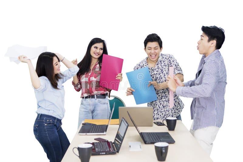 Groep die jonge werknemer hun succes vieren stock afbeeldingen