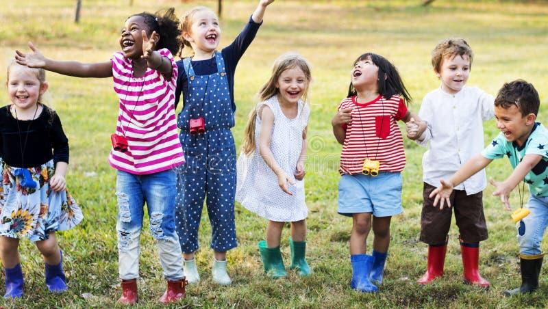 Groep die kleuterschooljonge geitjes in openlucht tuinierend gebied leren tri stock foto's