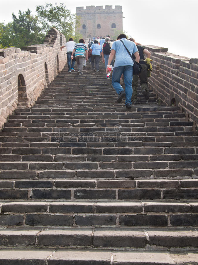 Groep die mensen de Grote Muur van China beklimmen stock foto's