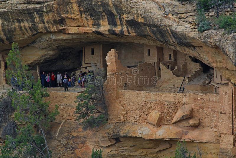 Groep die mensen de ruïnes van Mesa Verde National Park reizen stock foto's
