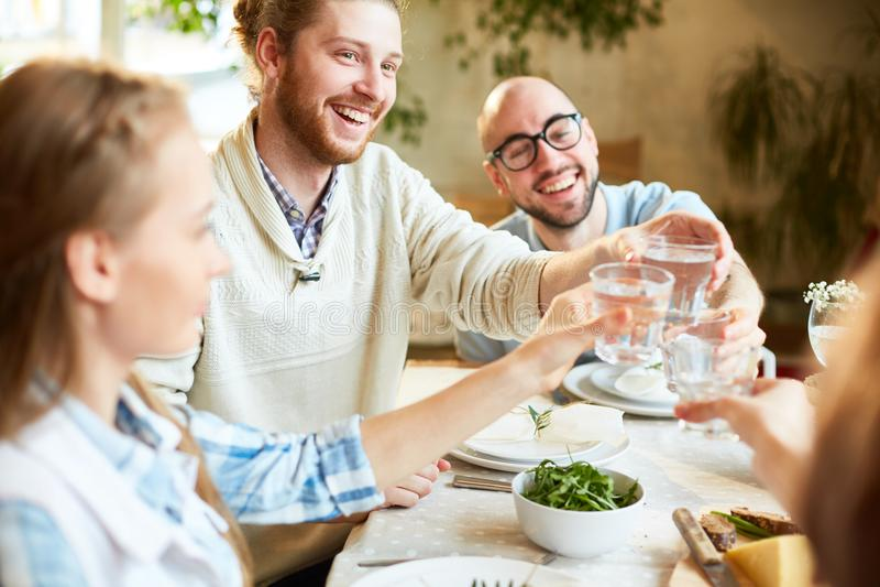 Groep die mensen gebeurtenis in restaurant vieren stock afbeelding