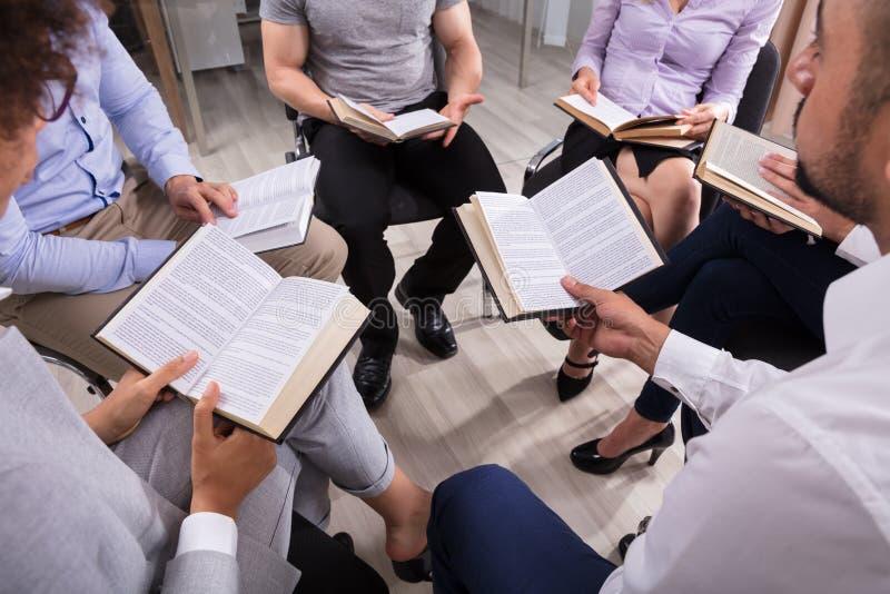 Groep die Mensen Heilige Boeken lezen royalty-vrije stock foto's