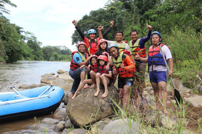 groep die mensen het rafting op een rivier spelen die een zware stroom heeft, stock foto