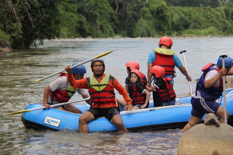 groep die mensen het rafting op een rivier spelen die een zware stroom heeft, royalty-vrije stock foto