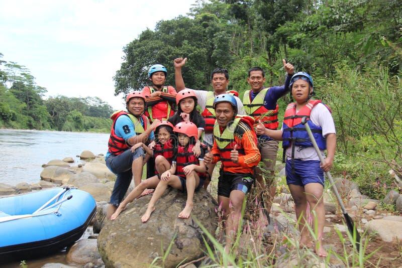 groep die mensen het rafting op een rivier spelen die een zware stroom heeft, royalty-vrije stock foto's