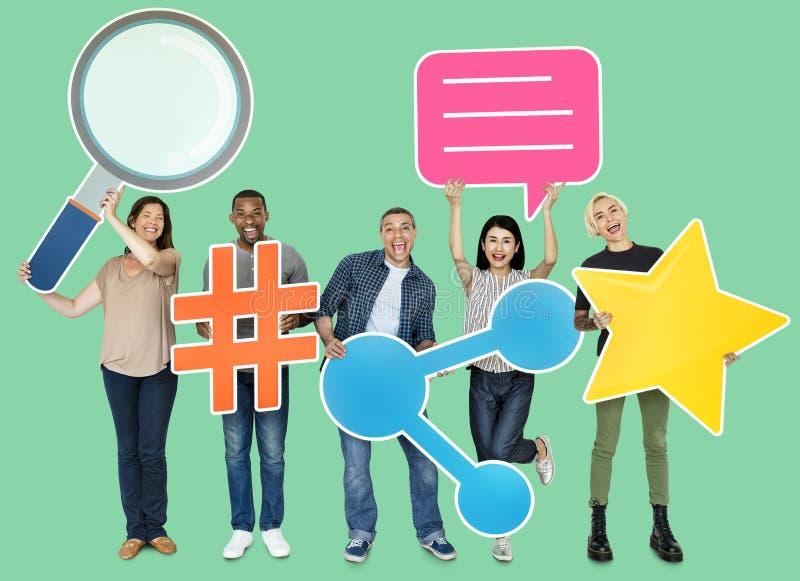Groep die mensen Internet-pictogrammen houden vector illustratie