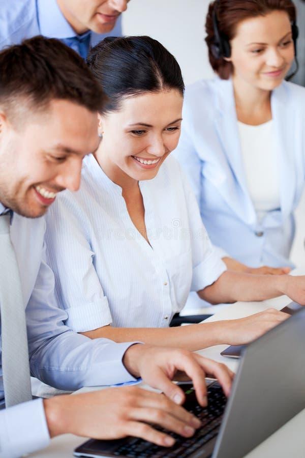 Groep die mensen met laptops in bureau werken stock foto