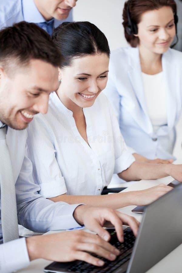 Groep die mensen met laptops in bureau werken stock afbeeldingen
