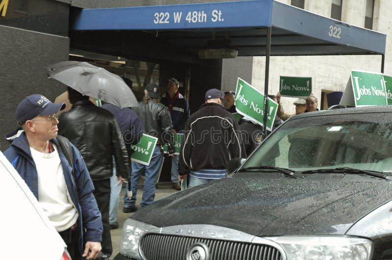 Groep die mensen met tekens` Banen nu ` bij 48ste Streptokok in New York protesteren royalty-vrije stock foto's