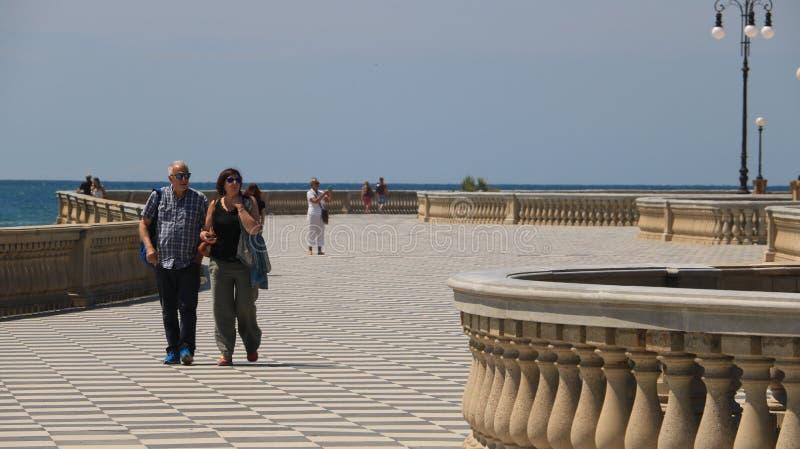 Groep die mensen op de strandboulevard van Livorno lopen Het Mascagni-terras is een beroemde plaats en vergaderingsplaats voor de stock afbeelding