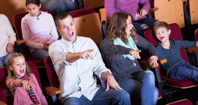 Groep die mensen op opwindende film letten stock afbeelding