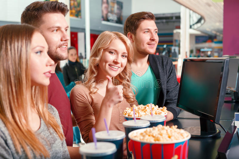 Groep die mensen popcorn en cokes kopen royalty-vrije stock foto