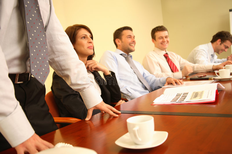 groep die mensen pret heeft tijdens informele commerciële vergadering