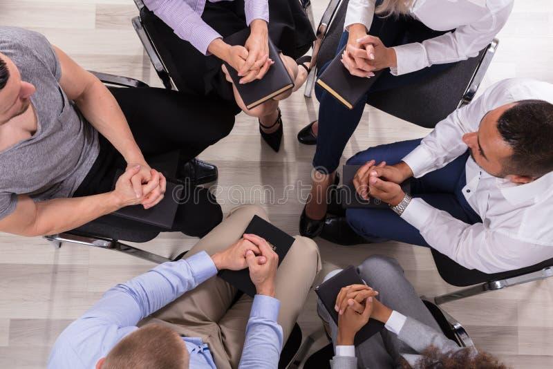 Groep die Mensen samen bidden stock fotografie