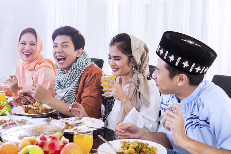 Groep die mensen van maaltijd genieten bij onderbrekingen snel royalty-vrije stock afbeelding