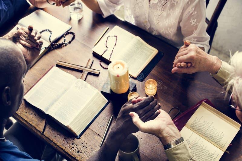 Groep die mensen verering de bidden gelooft hoop stock afbeeldingen