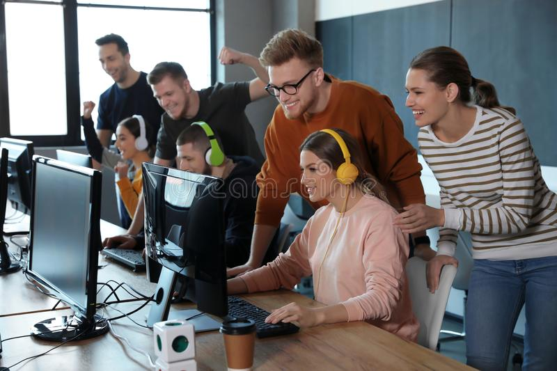 Groep die mensen videospelletjes in koffie spelen royalty-vrije stock foto's