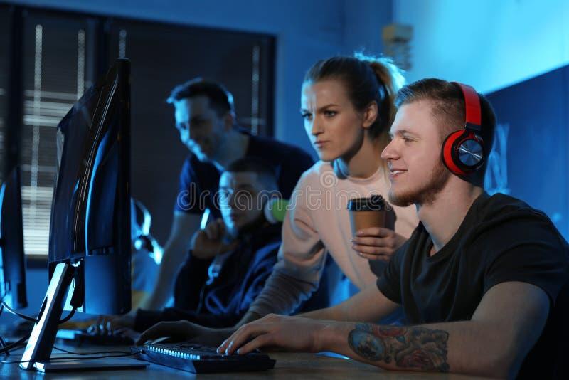 Groep die mensen videospelletjes in koffie spelen stock fotografie