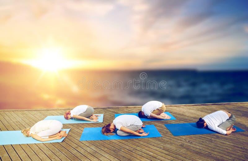 Groep die mensen yogakind de doen stelt in openlucht royalty-vrije stock afbeelding
