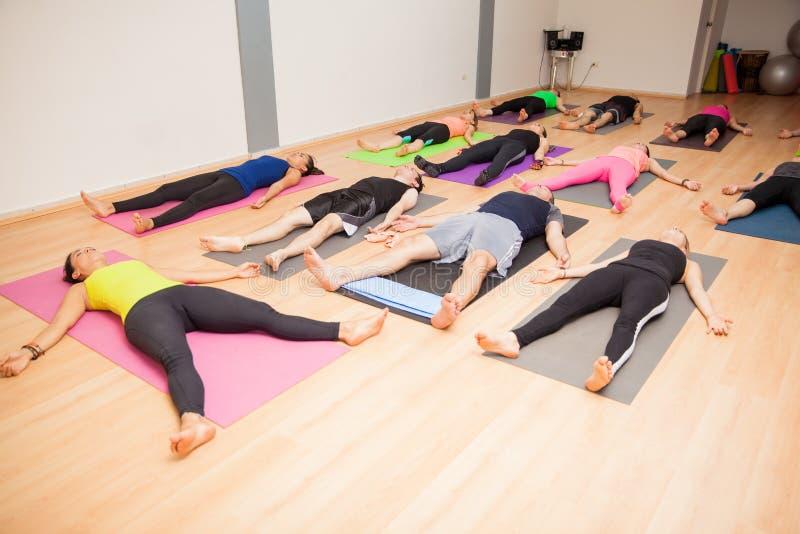 Groep die mensen in yogaklasse liggen royalty-vrije stock foto's
