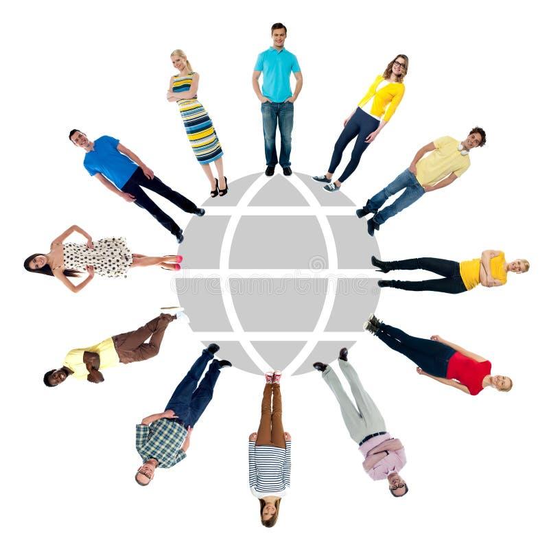 Groep die mensen zich in een cirkel bevindt stock fotografie