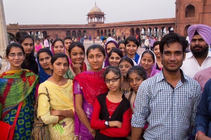 Groep die mensen zich in Jama Masjid in Delhi, India bevinden royalty-vrije stock foto
