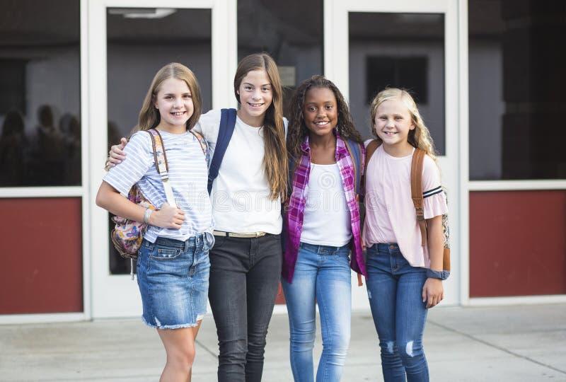 Groep die pre-adolescent schooljonge geitjes terwijl het glimlachen samen op school glimlachen royalty-vrije stock foto's