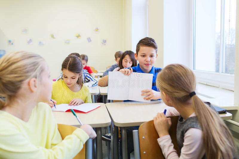 Groep die schooljonge geitjes test in klaslokaal schrijven royalty-vrije stock foto's