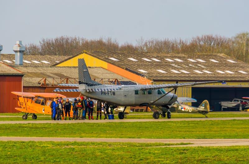 Groep die skydivers op start bij seppeluchthaven Breda wachten, Bosschenhoofd, Nederland, de skydive groep van ENPC skydivers stock afbeeldingen