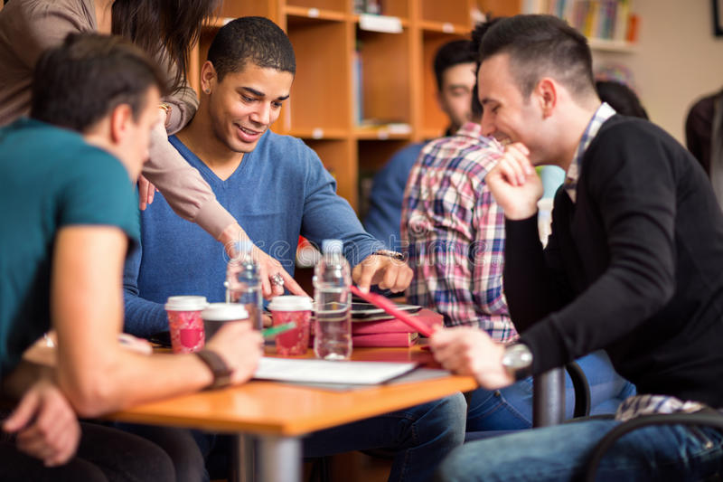 Groep die student na klasse socialiseren royalty-vrije stock foto