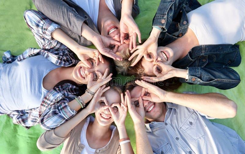 Groep die studenten of tieners in cirkel liggen stock afbeelding