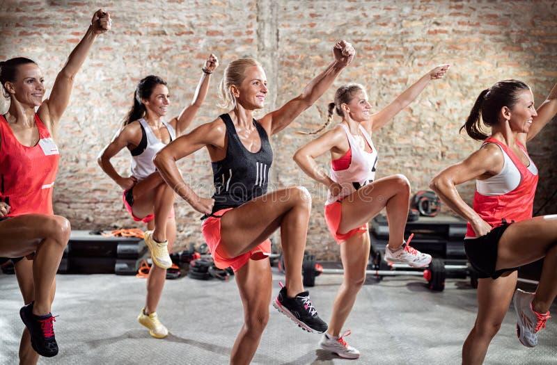 Groep die vrouw training doen stock afbeelding