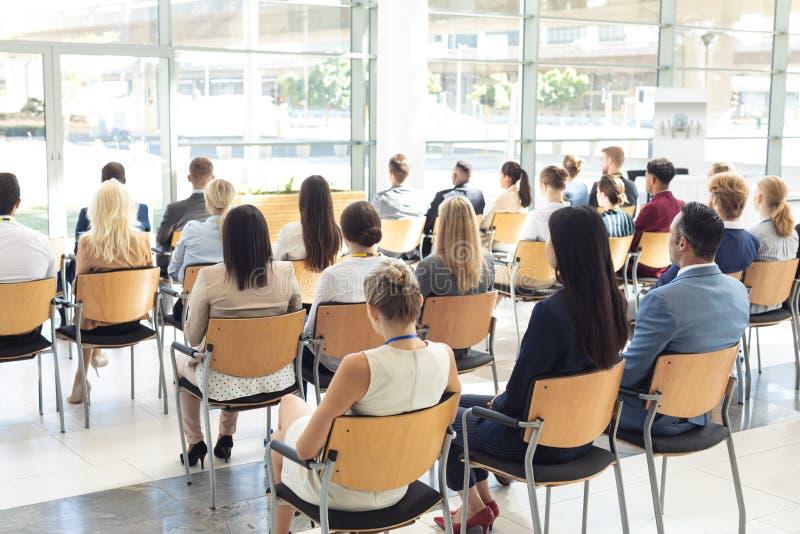 Groep diverse bedrijfsdiemensen in conferentieruimte worden gezeten royalty-vrije stock foto
