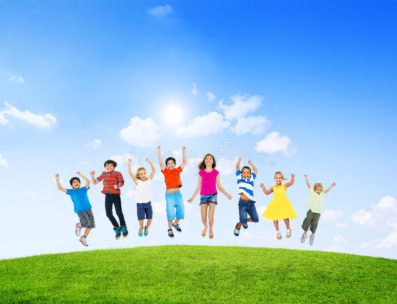 Groep Diverse Kinderen die in openlucht springen stock afbeeldingen