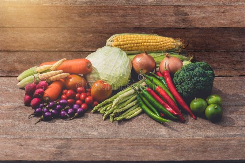 Groep diverse soorten groenten op houten lijst stock afbeeldingen