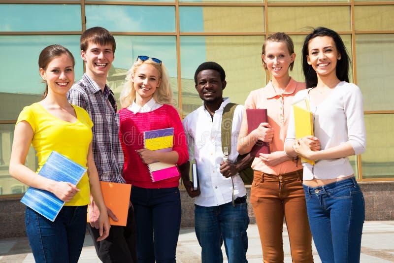 Groep Diverse Studenten buiten stock afbeeldingen